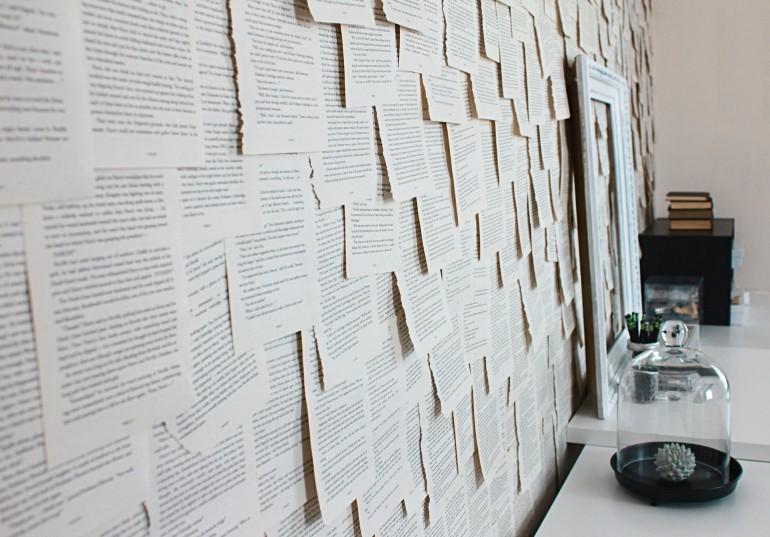 Einzelne Buchseiten an einer Wand