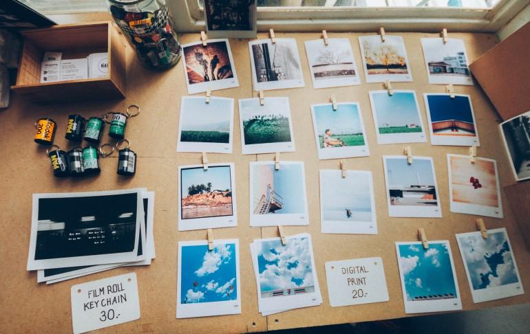 Fotoprints auf einem Tisch
